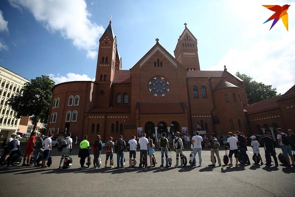 В Красном костеле Минска собирают подписи за передачу храма приходу