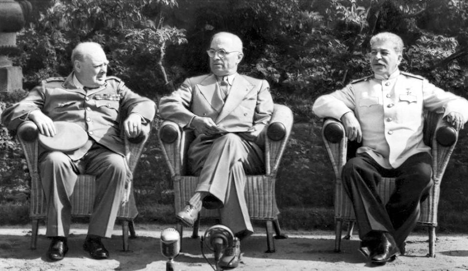 В дни Потсдамской конференции в Берлине 1945 года (слева направо) У.Черчилль, Г.Трумэн и И.В.Сталин