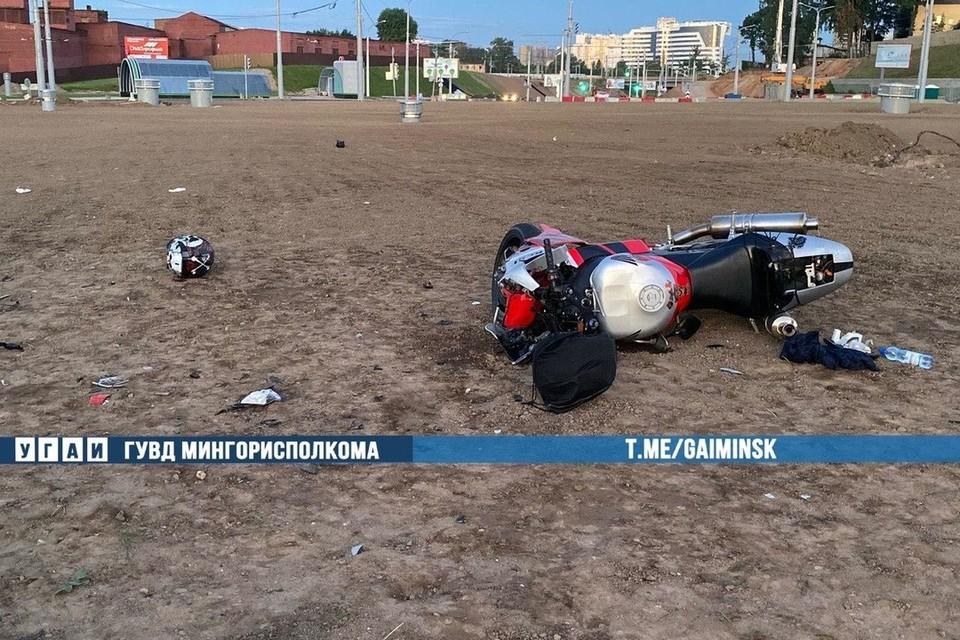 В Минске 37-летний мотоциклист не справился с управлением, наехал на бордюр и вылетел за пределы проезжей части. Фото: Телеграм-канал УГАИ ГУВД Мингорисполкома