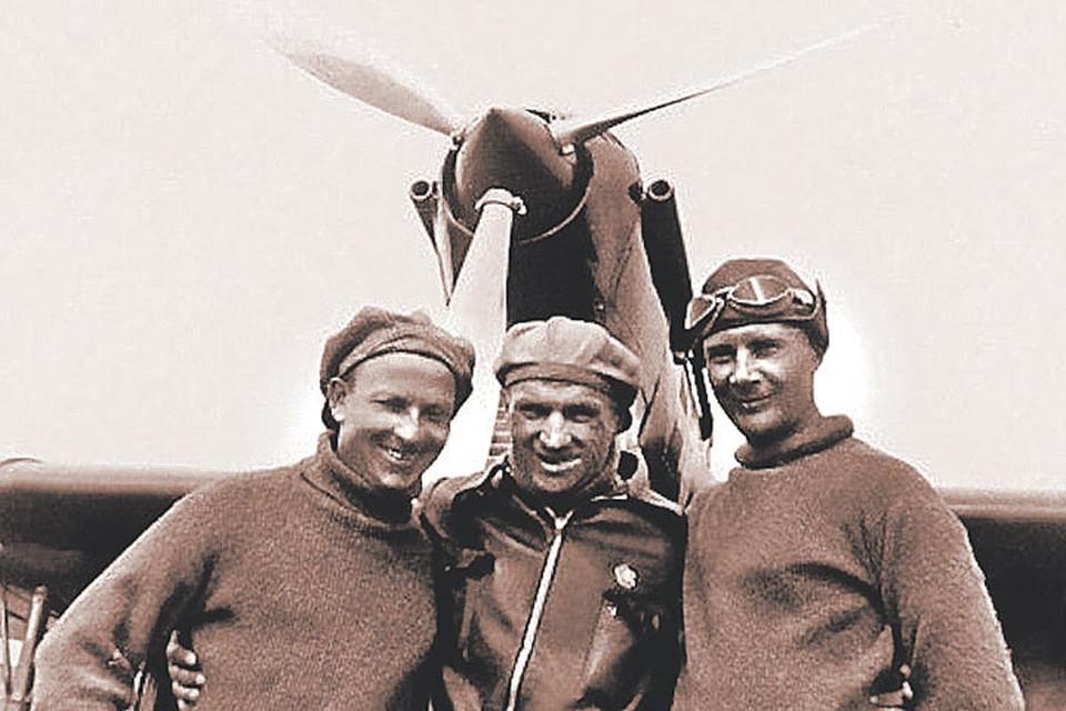Г. Байдуков, В. Чкалов и А. Беляков у своего самолета. Фото: Фонд ЦГАМО
