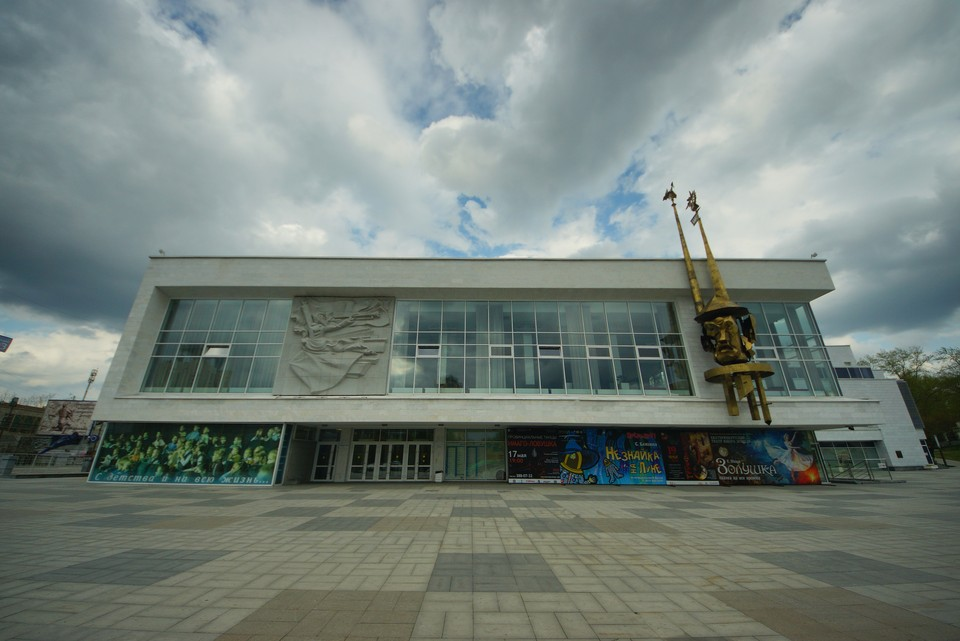 Назвать дату, когда состоится первый показ спектакля на фасаде здания, в ТЮЗе не решаются.