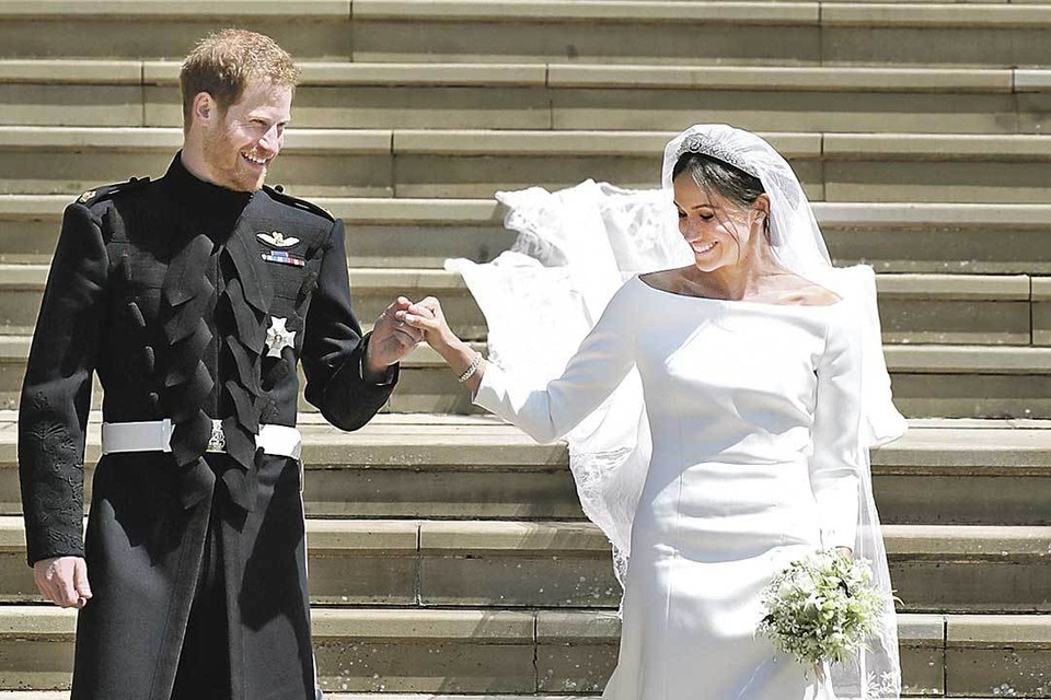 Под венец с Гарри Меган Маркл пошла в белоснежном платье, удивив всех. Ведь по традициям королевского двора нельзя носить цвет светлее кремового. Фото: ZUMAPRESS.com