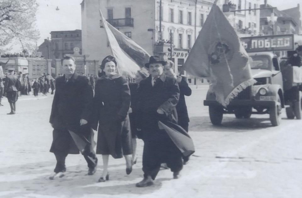 """Мария Зебах (в центре) на первомайской демонстрации в Советске с работниками артели """"Победа"""". Предположительно 1950 год."""