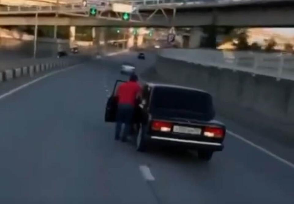"""Водитель """"вышел"""" прямо во время движения."""