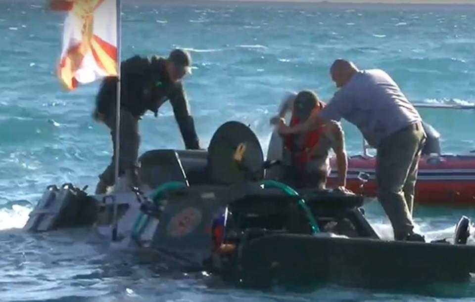 Бронемашине пытались не дать утонуть, но она все же ушла на дно. Фото: скриншот из видео
