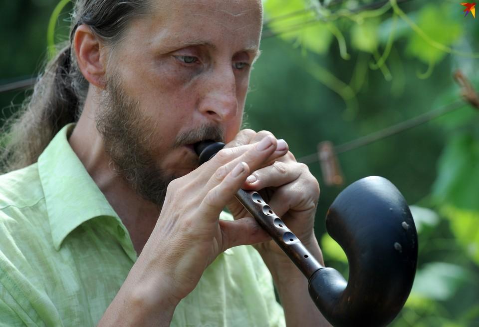 Андрей Шклёда живет в Кудричах и делает старинные белорусские музыкальные инструменты.