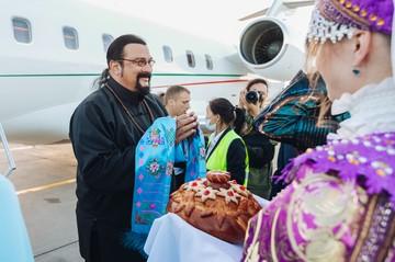 Приключения Стивена Сигала в Бурятии: звезда Голливуда посетил дацан и выпустил мальков омуля в Байкал