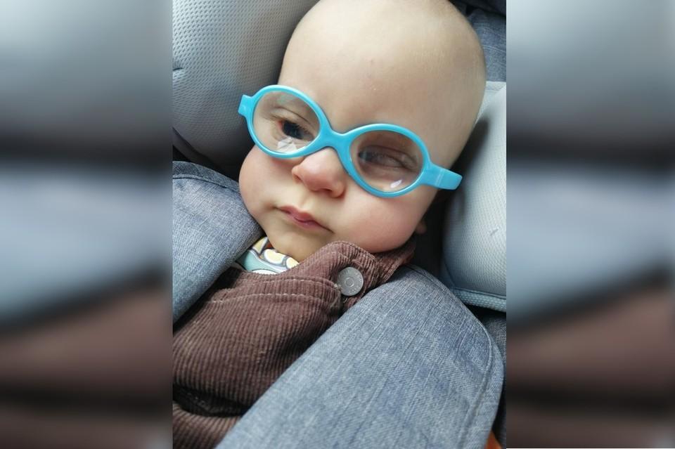 Врачи вынуждены были удалить мальчику хрусталик глаза, его отсутствие пока компенсируют вот такими очками