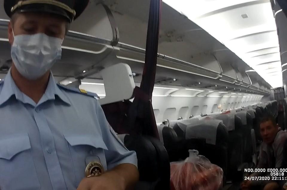 Мужчина отказывался покидать борт самолета. Фото: скриншот с видео