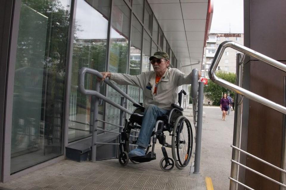 Редкий пандус на входе в магазин, по которому человек в инвалидном кресле может подняться самостоятельно.