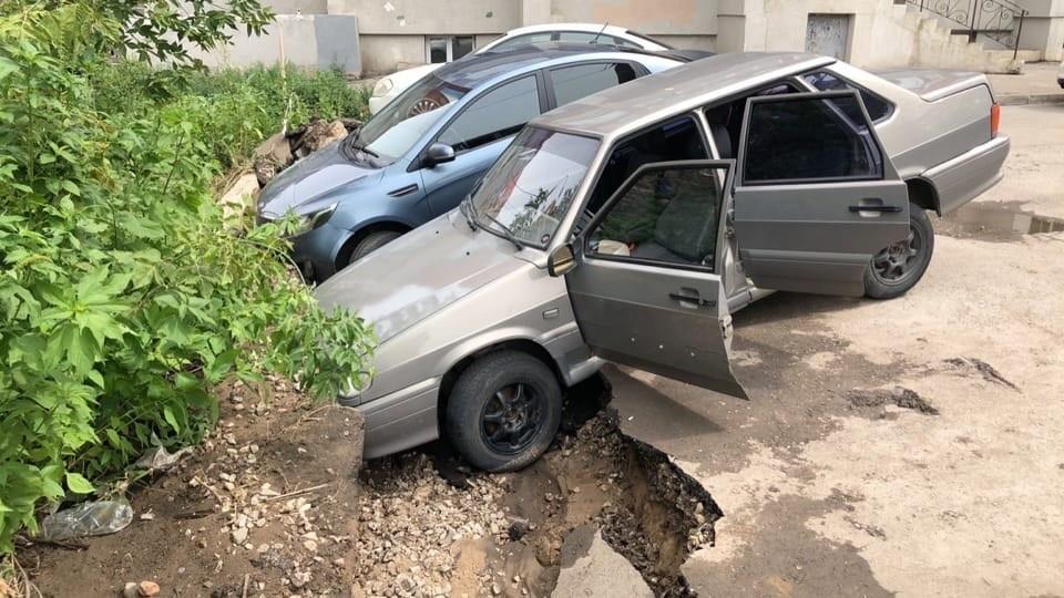 В Самаре машина провалилась в яму