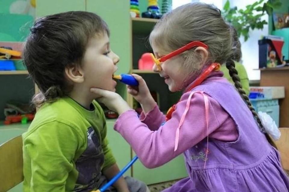 Дети играют в доктора, а взрослые - в другие игры.