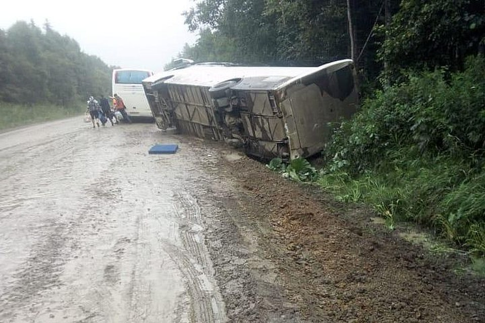 Автобус занесло на мокрой трассе. Фото: пресс-служба УГИБДД УМВД России по Сахалинской области