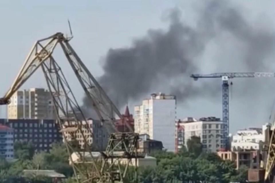 """В центре Тюмени горит дом. Фото из паблика """"ЧП Тюмень"""" """"ВКонтакте"""""""