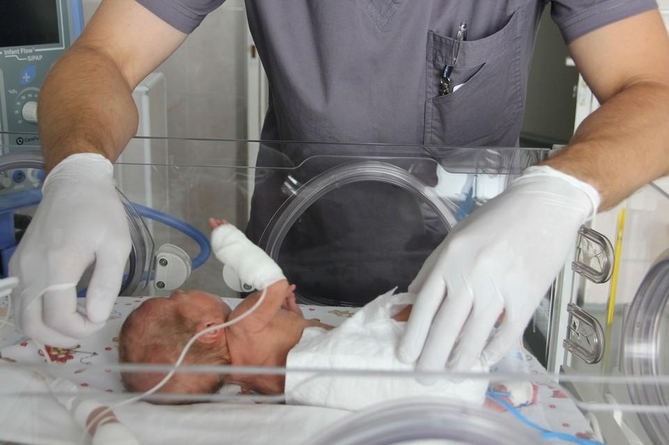 Девочка родилась с весом в 600 граммов. Фото: vk.com/odkb74_ru