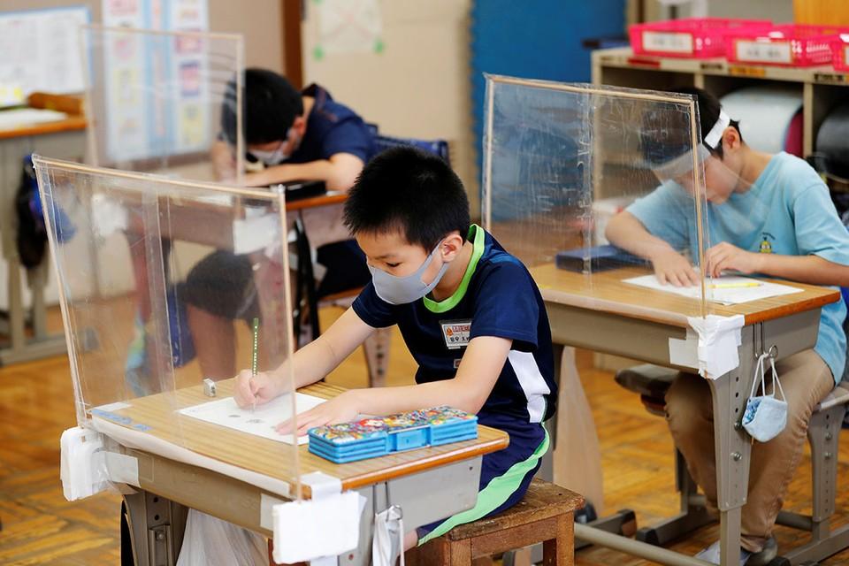 Наступающий учебный год ставит образовательные системы чуть ли всех стран мира перед выбором – когда и в каком режиме открывать школы, или все же сохранить дистанционную форму обучения?