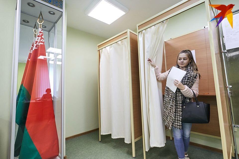На каждом участке для голосования по-разному: где-то шторка прикрывает вход в кабинку, а где-то нет.