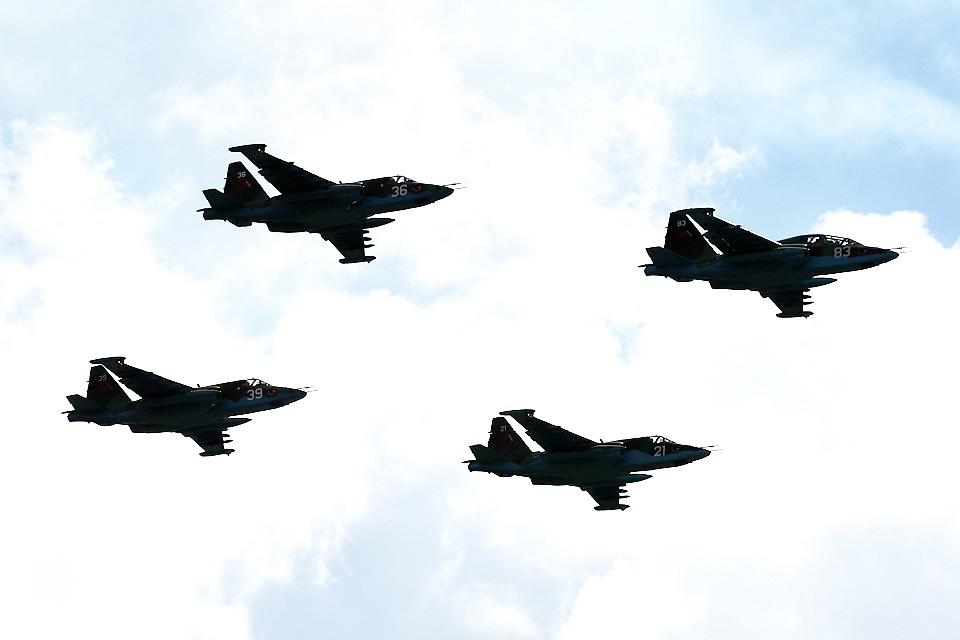 Белорусские летчики отрабатывают посадку самолета-штурмовика на дорогу