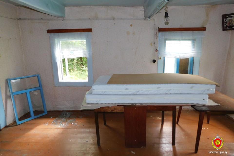 Женщина рассказала силовикам, что в этом доме никто не живёт. Он достался ей в наследство от родителей, и она просто хранит в нём свои вещи. Фото: sudexpert.gov.by