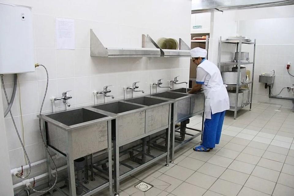 Комбинат обеспечивал едой 22 школьные столовые.