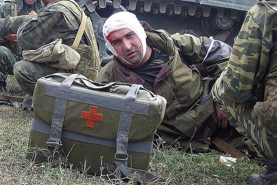 Раненый российский боец на подступах к Цхинвалу. Это фото сделал наш военкор Александр Коц, который сам был ранен под Цхинвалом.