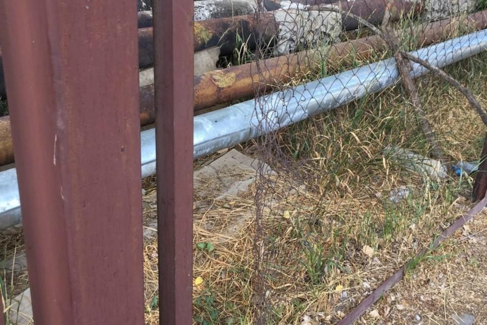 Опасный школьный забор попросили отремонтировать ростовчане. Фото: соцсети