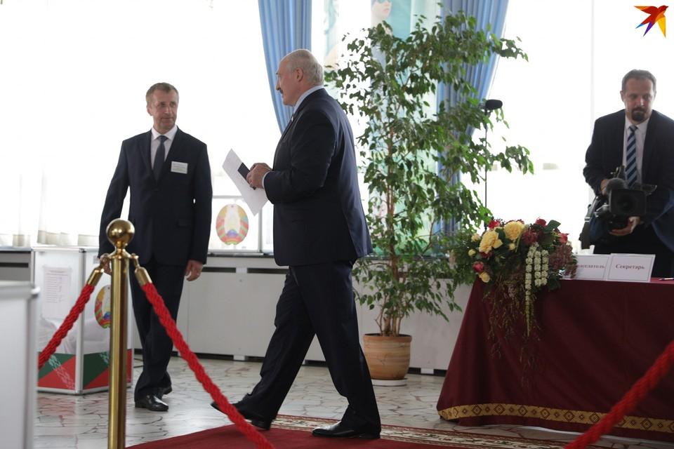 Президент 9 августа проголосовал на участке №1 в Минске.