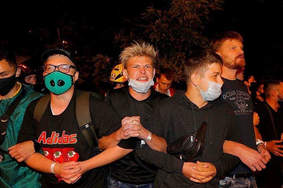 Молодежь упорно не расходится, а просто мигрирует по Минску, выкрикивая лозунги: «Живе, Беларусь!» и «Уходи!»