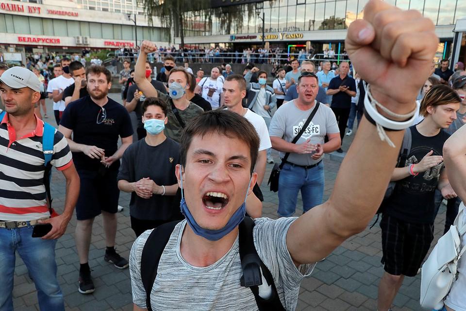 В Минске второй вечер проходят массовые шествия сторонников оппозиции.