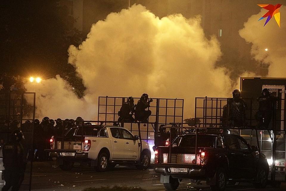 На улице Притыцкого в Минске протестующий пытался бросить взрывчатку в спецназ, но она взорвалась у него в руках.