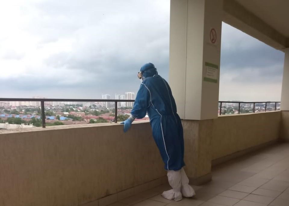 Врачи в коронавирусном госпитале Краснодара выходят на балкон, чтобы отвлечься и немного отдохнуть