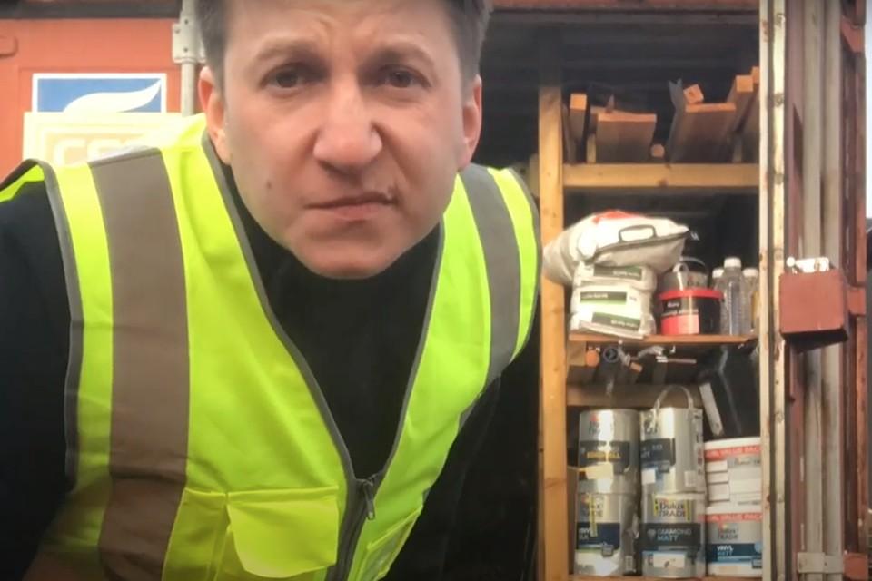 Звезда «Интернов» Левин в Британии питается просрочкой, пьет воду из-под крана и красит подъезды