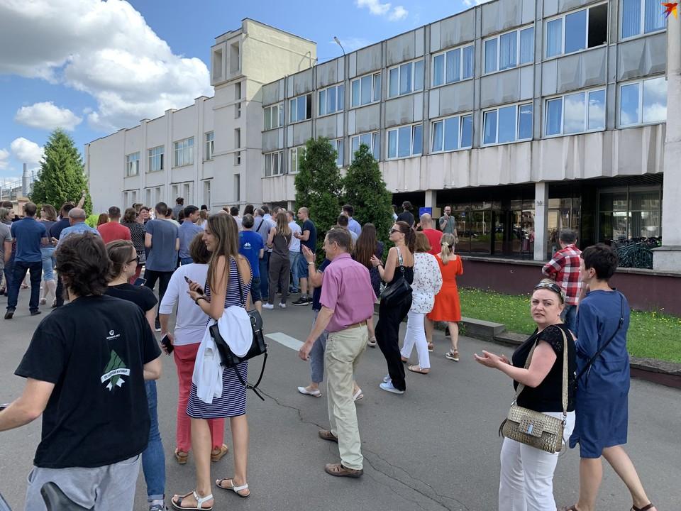 Люди во время своего обеденного перерыва прошли от «Белэнергосетьпроект» до Минского электротехнического завода. А затем вернулись на рабочие места