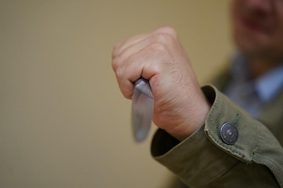 Школьник спокойно пронес в кабинет нож.