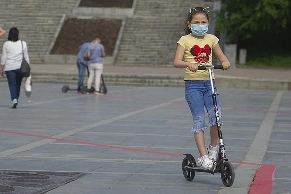 Дети в более легкой форме переносят СOVID-19, чем взрослые.