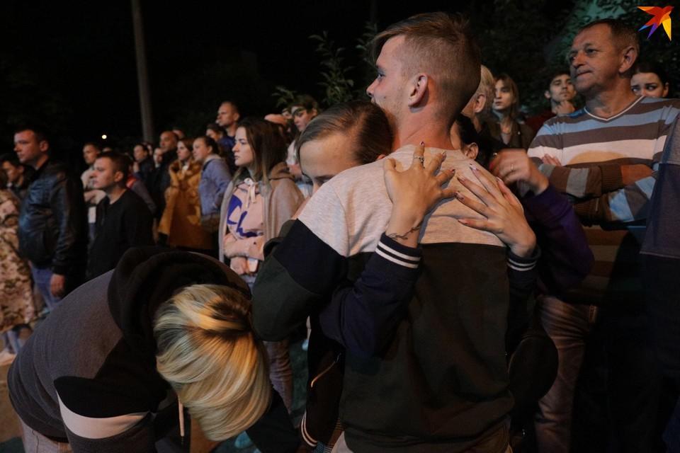 В ночь с 13 на 14 августа из изолятора на Окрестина выпускали задержанных. Сотни человек дежурили у входа в надежде увидеть своих близких