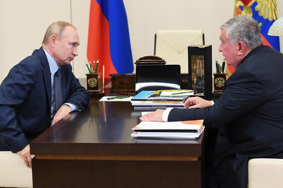 Игорь Сечин передал Владимиру Путину колбу с первой нефтью, добытой на 31-й скважине Западно-Иркинского месторождения Таймыра