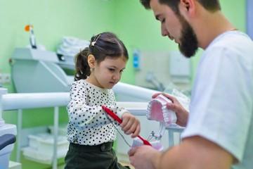 К какому стоматологу записаться для лечения зубов у ребенка в Иркутске
