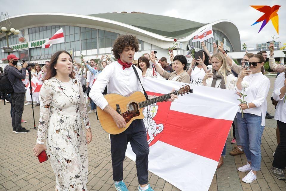Поддержать мирных протестующих пришли солисты группы NaviBand Артем Лукьяненко и Ксения Жук.