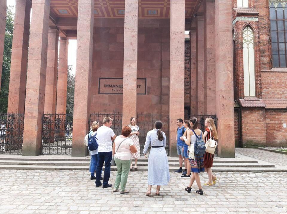 У собора и могилы Канта туристы прогуливаются и поодиночке, и группами.