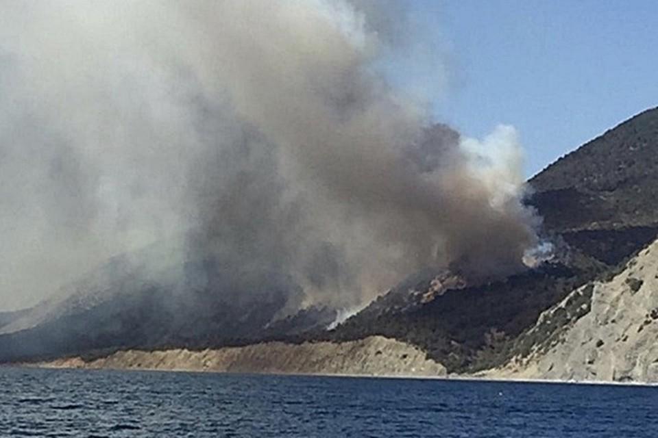 Пожарные продолжают тушить пожары на Черноморском побережье. Фото: mprkk.ru