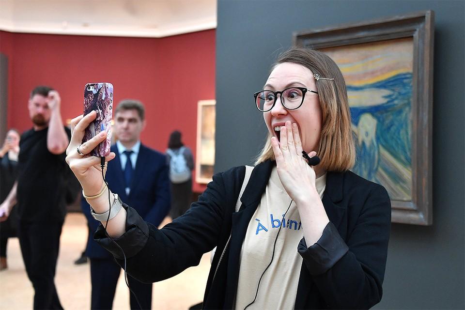 Посетители на выставке `Эдвард Мунк`в Инженерном корпусе Третьяковской галереи.