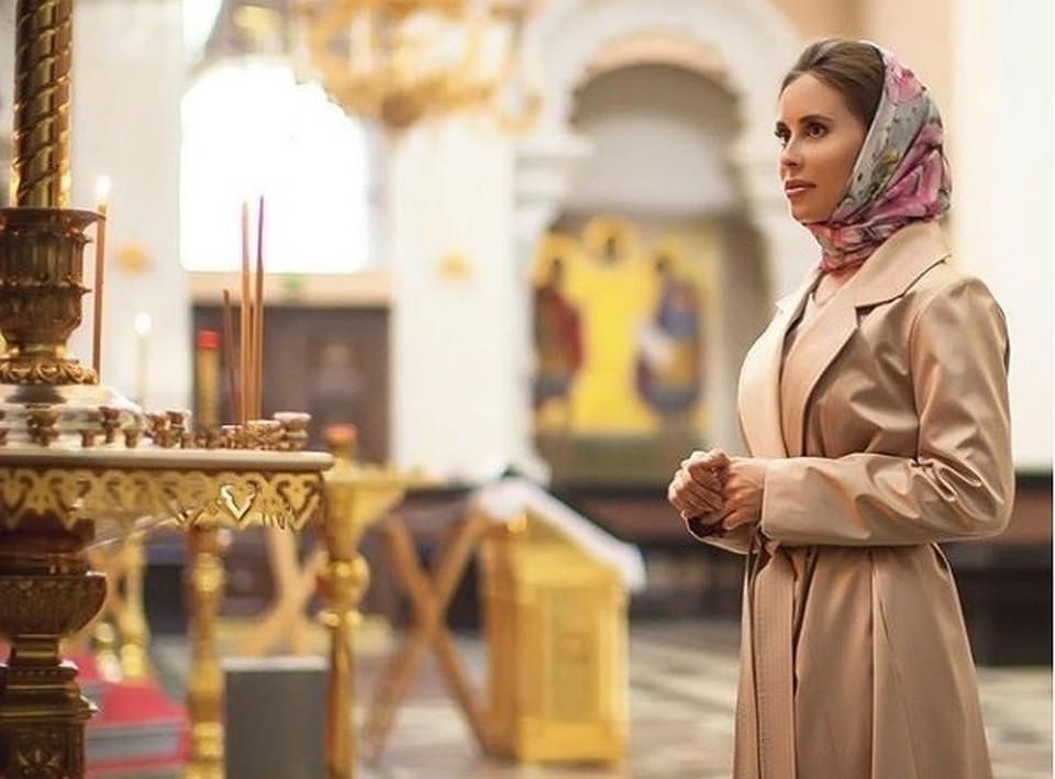 Это фото Юлии Михалковой в церкви стало предметом горячих обсуждений в социальных сетях. В описании снимка артистка написала о начале Великого Поста.