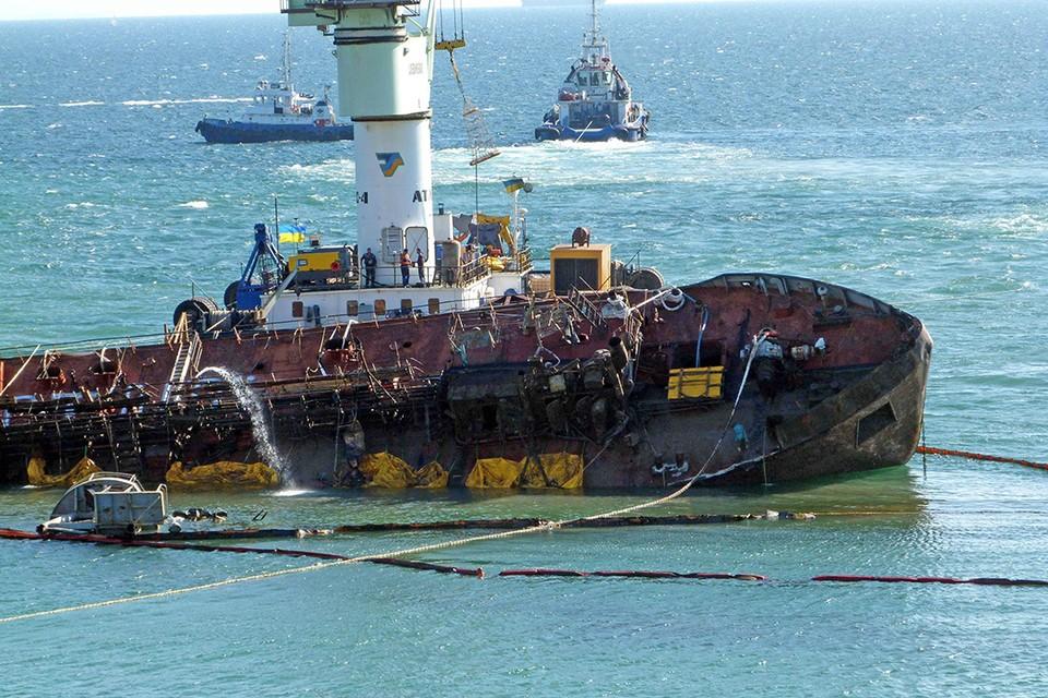С судна «Делфи», перевернувшегося на бок в ноябре 2019 года напротив городского пляжа, постоянно выливались нефтепродукты