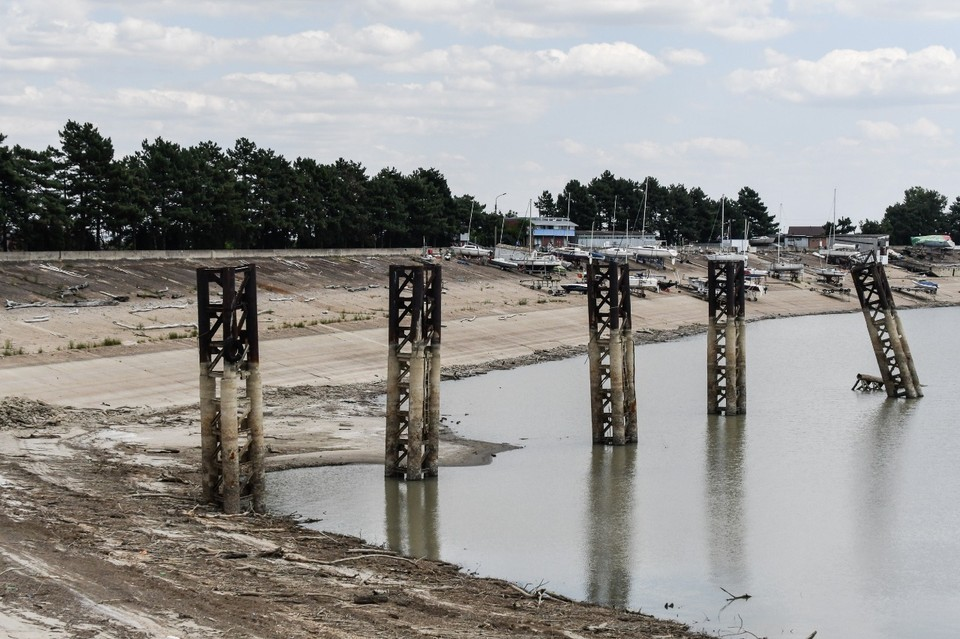 Из-за засухи в Краснодарском крае обмелело водохранилище