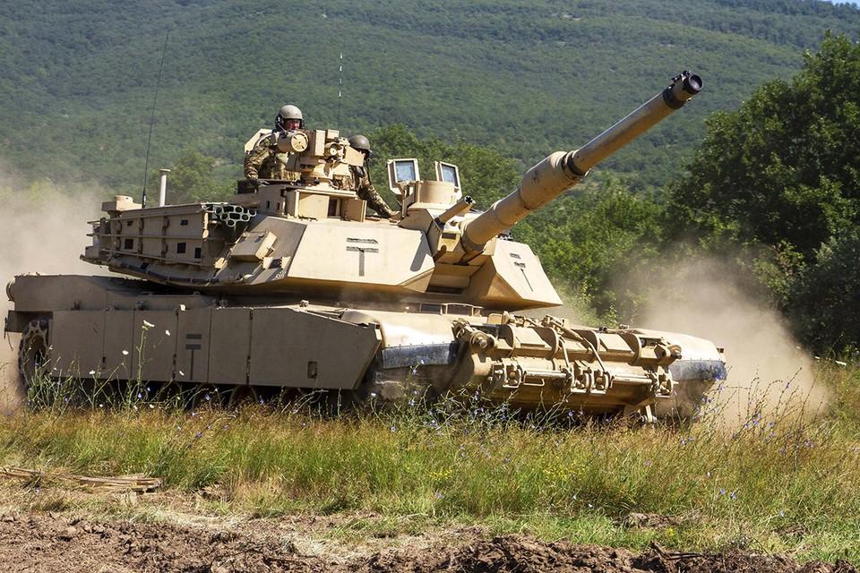 Американский танк М1-Абрамс во время учений в Европе.