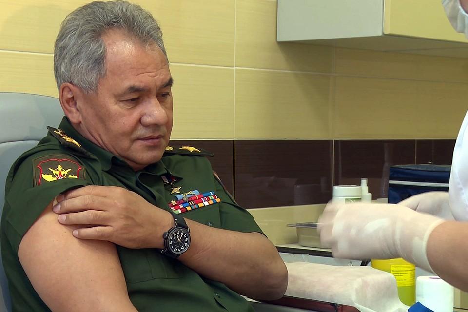 На прививку от коронавирусной инфекции Сергей Шойгу потратил около 20 секунд. Фото: : Минобороны РФ/ТАСС