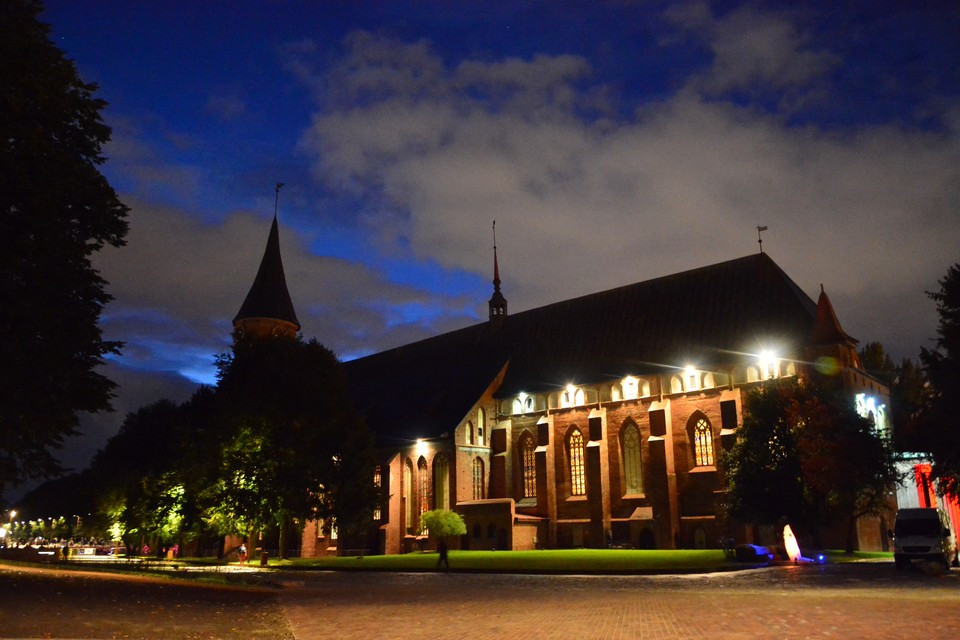 Кафедральный собор шикарно смотрится с наступлением темноты, а скоро получит и навороченную подсветку.