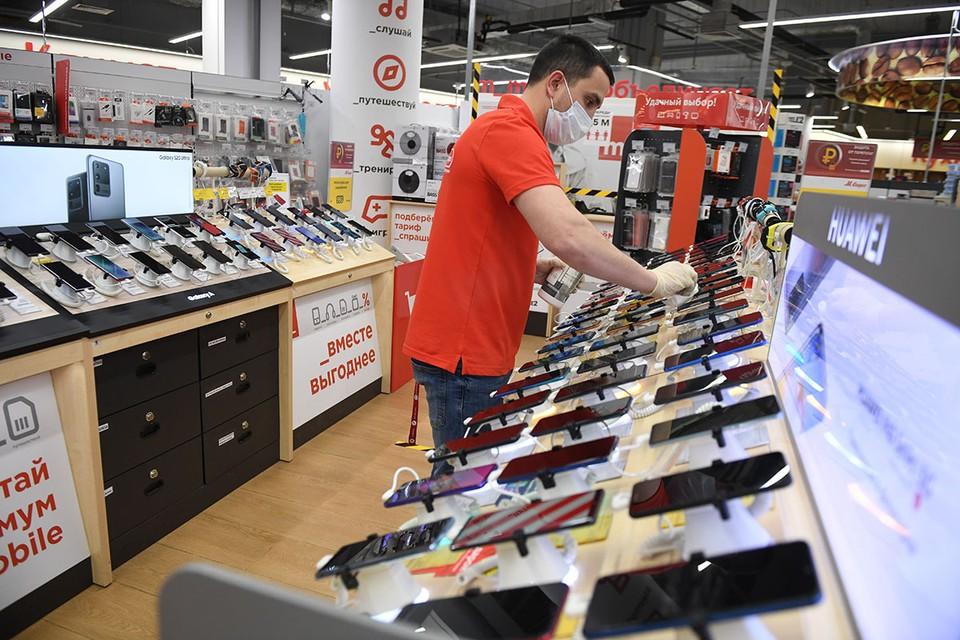 «Обедневшие» россияне за лето раскупили дорогие смартфоны, иномарки и квартиры