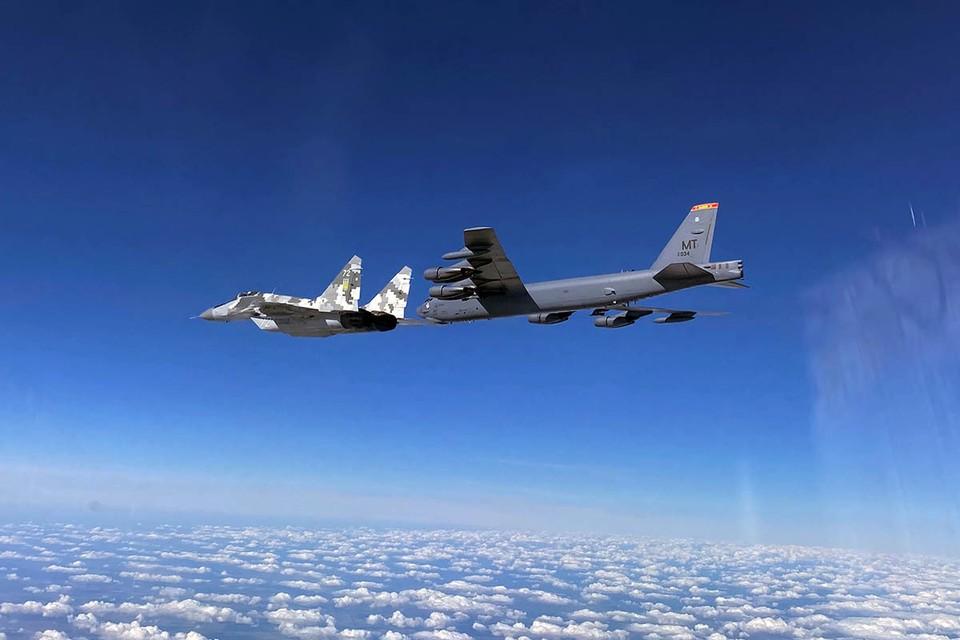 Сразу три американских стратегических бомбардировщика В-52 (носителей ядерных бомб) шли в сторону Крыма под прикрытием нескольких истребителей «незалежной».